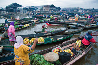 800px-Traditional_Floating_Market_Kuin_River
